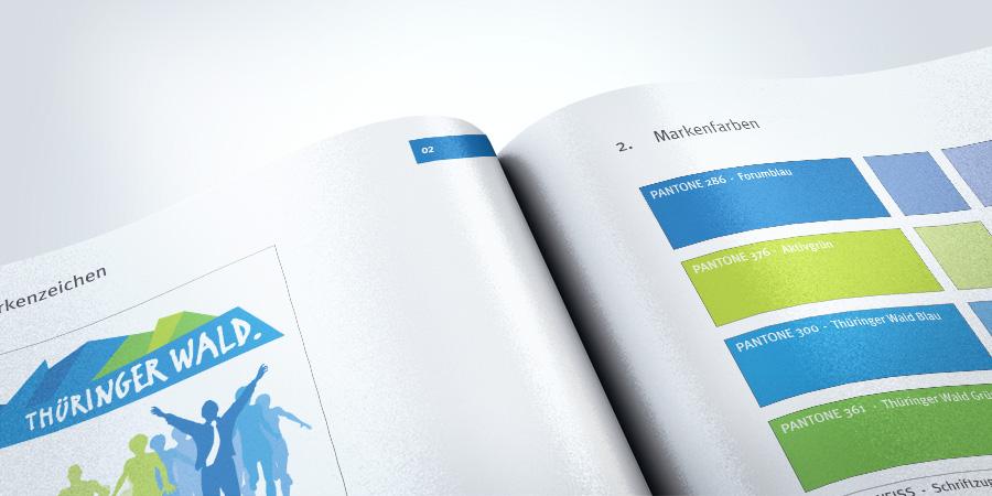 Nachaufnahme des Corporate Design mit der Dachmarke Thüringer Wald und den entsprechenden Markenfarben