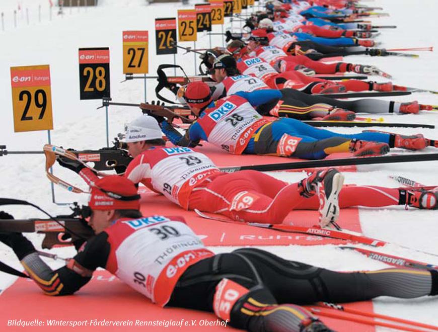 Wintersportler beim Schießen während des Biathlons in Oberhof