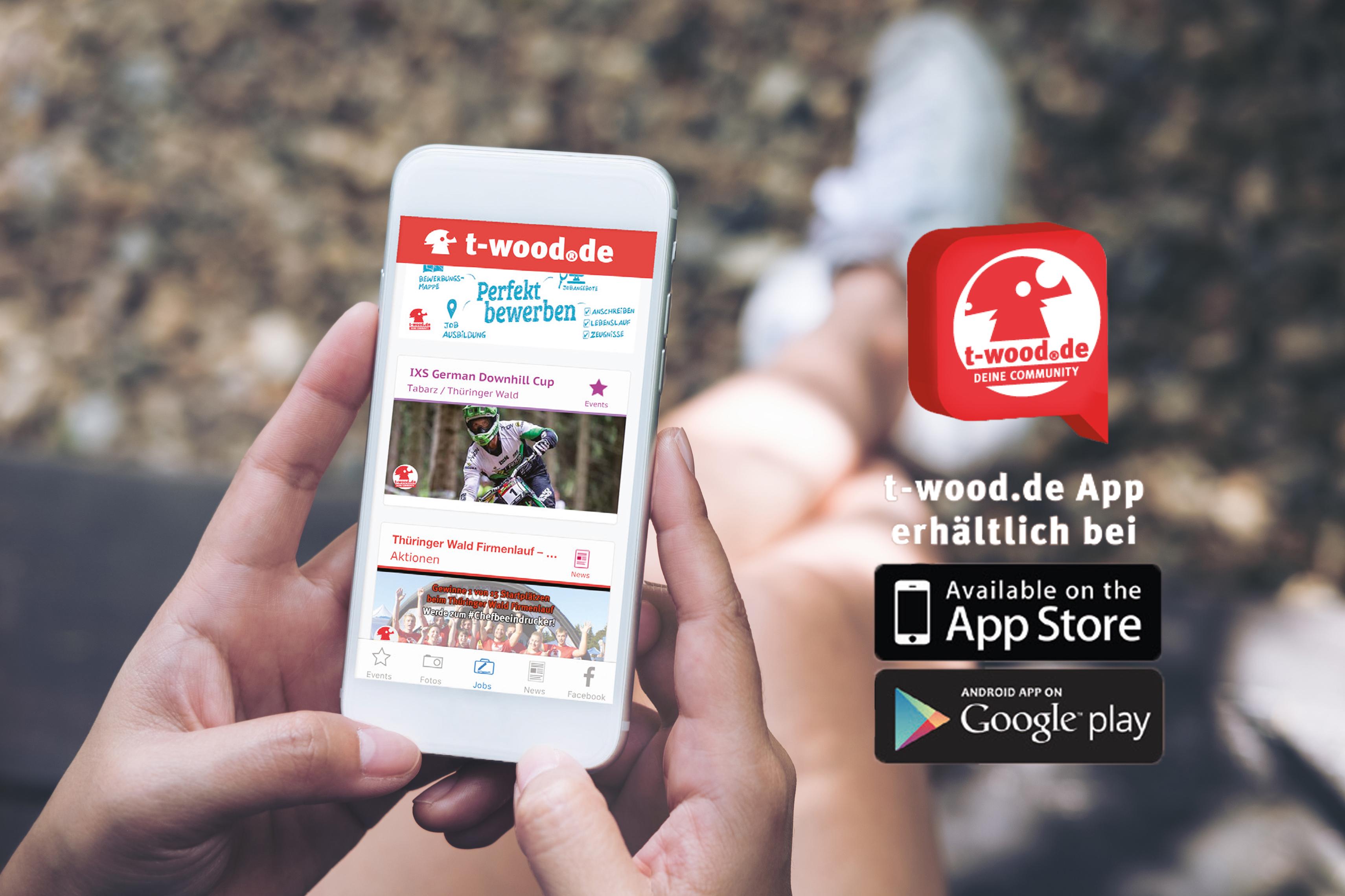 Junge Frau hält Smartphone mit der Internetseite von t-wood in der Hand