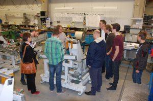Erklärung einer Maschine bei einer Unternehmensführung bei der Köberlein und Seigert GmbH