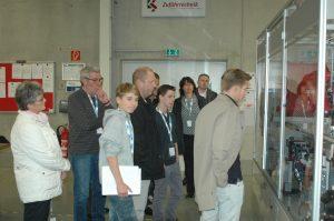 Interessierte Besucher während einer Unternehmensführung bei der Köberlein und Seigert GmbH