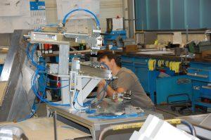 Mitarbeiter der Köberlein und Seigert GmbH bei der Arbeit an einer Maschine