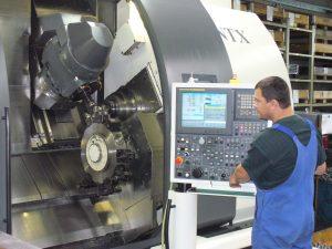 Mitarbeiter der ZWS Zerspanung und Werkzeuge GmbH beim Bedienen einer Maschine