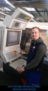 Auszubildender zum Zerspanungsmechaniker der ZWS Zerspanung und Werkzeuge GmbH beim Bedienen einer Maschine