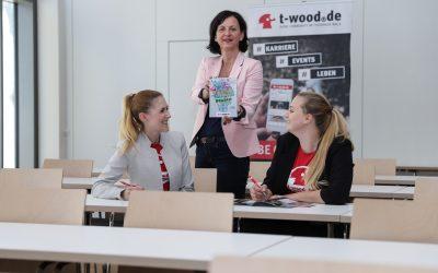 Vorfreude auf das nächste Schuljahr: Der forum Thüringer Wald e.V. überreicht die ersten t-wood.de Schulplaner an das Philipp-Melanchthon-Gymnasium Schmalkalden